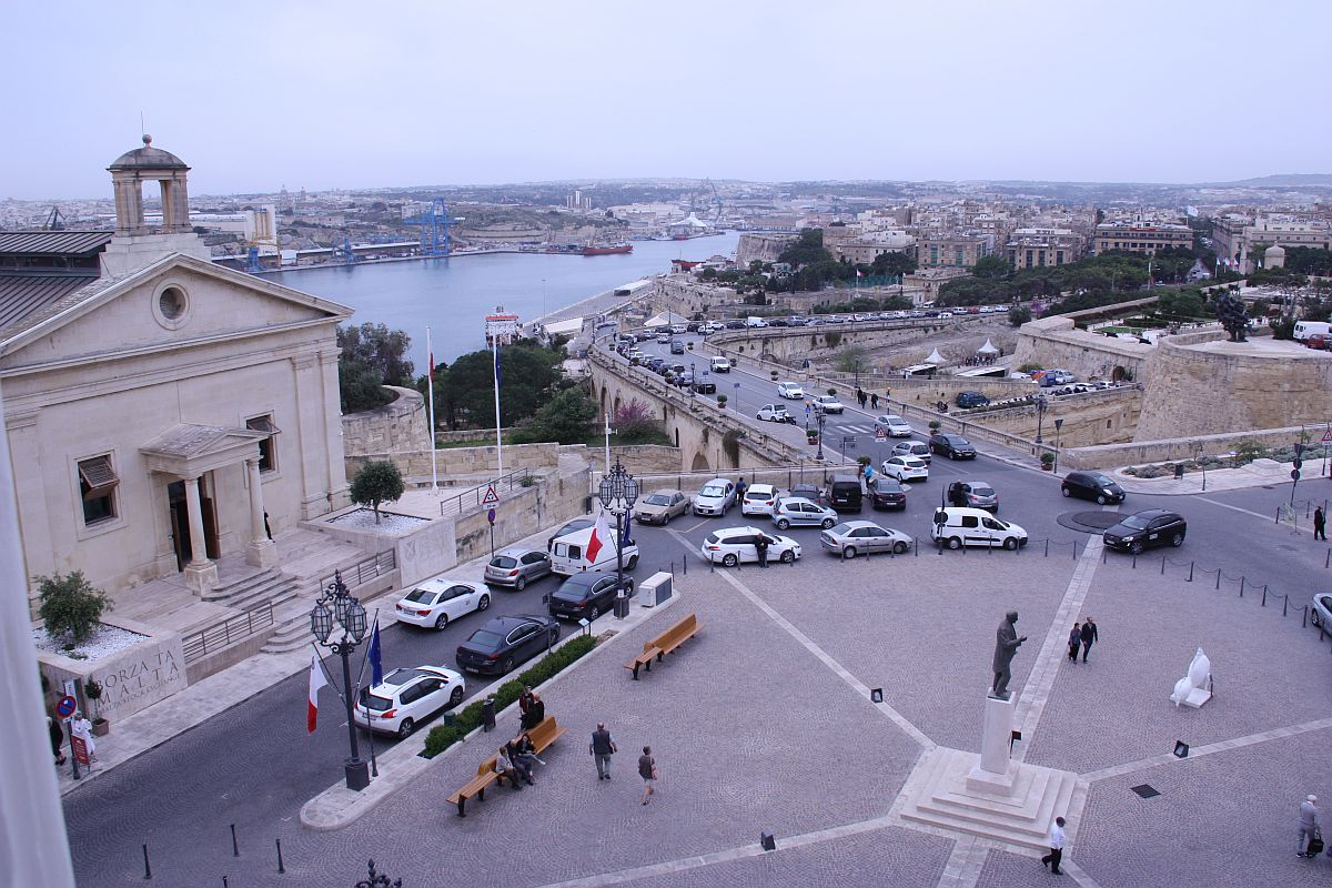Spacious Twin Balcony or Three window room offering a cozy and functional accommodation in Valletta